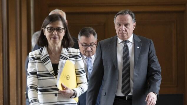 Le « trio gouvernemental » se rendant à sa conférence de presse quotidienne.
