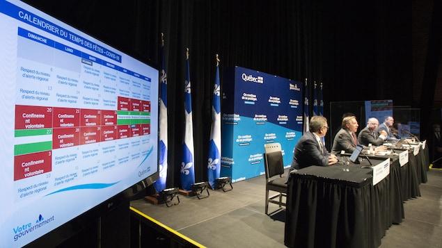 De gauche à droite : le directeur national de santé publique Horacio Arruda, le premier ministre François Legault, le ministre de la Santé et des Services sociaux Christian Dubé et le ministre de l'Éducation, Jean-François Roberge.
