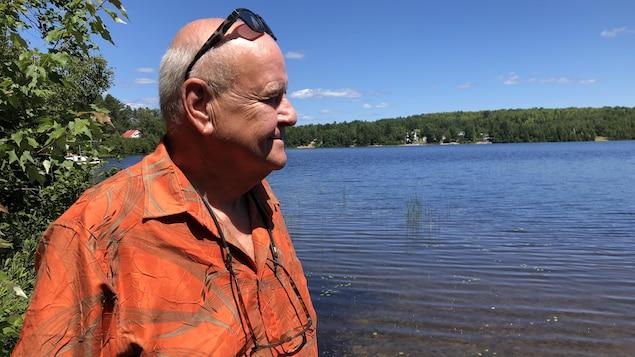 Léonard Lafontaine devant le lac Sainte-Marie