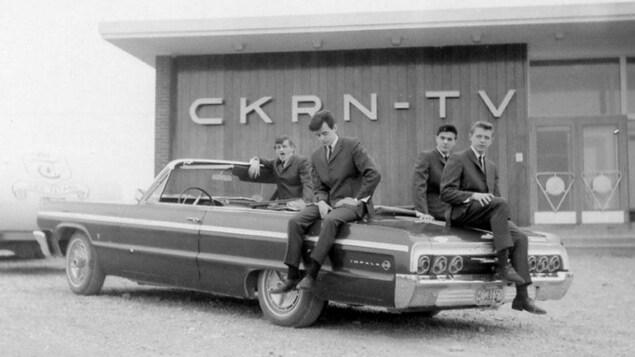 Le groupe Les Titans d'Amos devant le studio de Radio-Nord du mont Powell au milieu des années 60