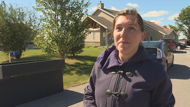Leslie-Anne Barber répond aux questions d'une journaliste.