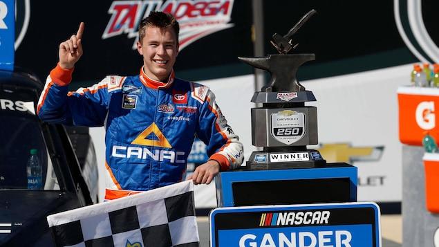 Le pilote NASCAR Raphaël Lessard photographié avec le trophée après sa victoire à Talladega