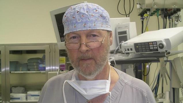 Le Dr Lester Duguay, chirurgien