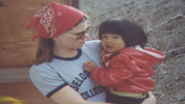 Leticia Racine dans les bras de sa mère adoptive 4 mai 1978