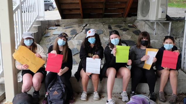 Six élèves présentent leur lettre.