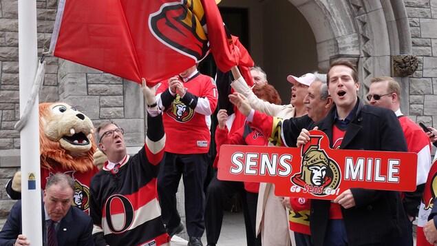 Levée du drapeau des Sénateurs d'Ottawa devant l'hôtel de ville
