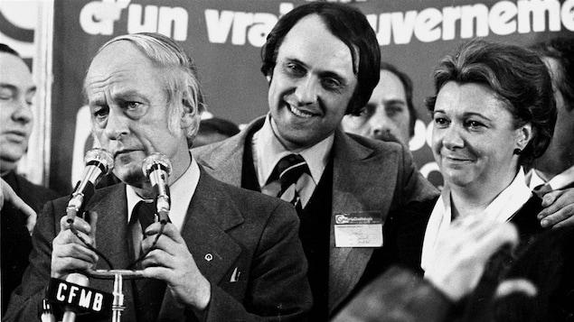 Le 15 novembre 1976 : le nouveau premier ministre, René Lévesque, les députés Gilbert Paquette et Lise Payette
