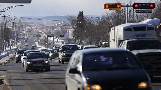 Des voitures circulent sur le boulevard Alphonse-Desjardins, à Lévis, en hiver.