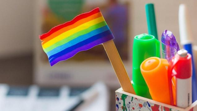 Un drapeau arc-en-ciel dans un pot de crayons