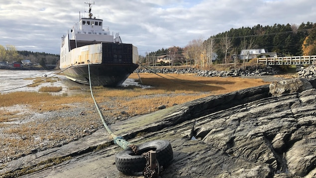 un navire amarré.