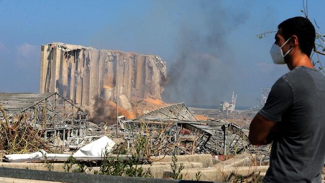 Un homme regarde les débris laissés à la suite de l'explosion.
