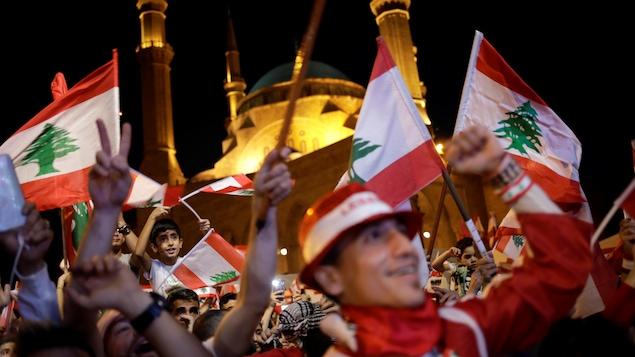 Des manifestants dans les rues de Beyrouth dimanche.