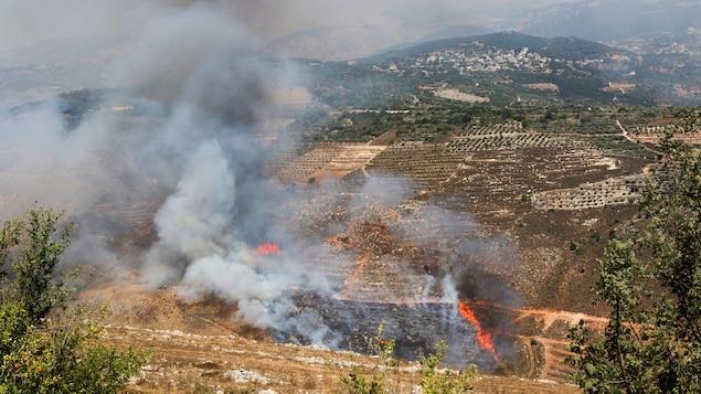De la fumée et des flammes dans un champ à la suite de bombardements israéliens au Liban le 4 août 2021.