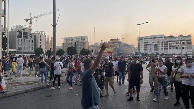 Des centaines de personnes dans la rue.