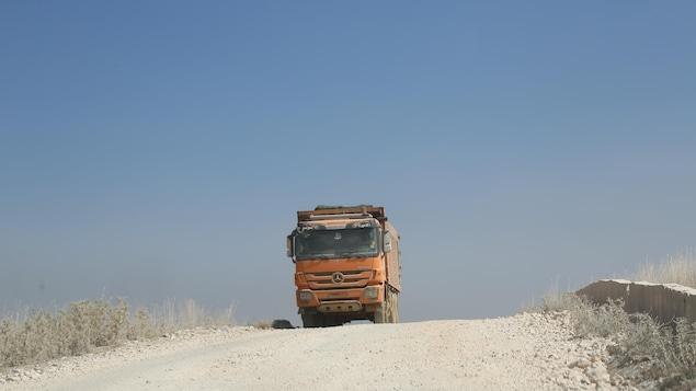 Un camion sur une route de gravier.