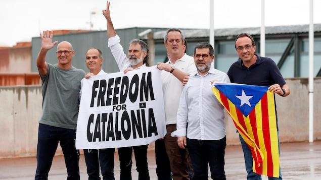 Oriol Junqueras, Joaquim Forn, Josep Rull, Raul Romeva, Jordi Sanchez et Jordi Cuixart devant la prison de Lledoners, le 23 juin 2021.