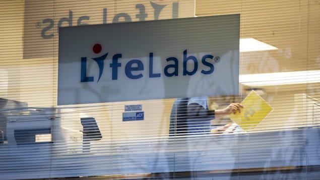 Une affiche où il est écrit LifeLabs dans une fenêtre.