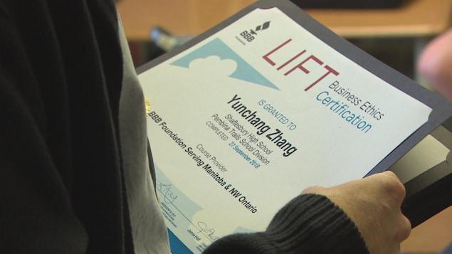 Un certificat LIFT du cours d'éthique professionnelle.