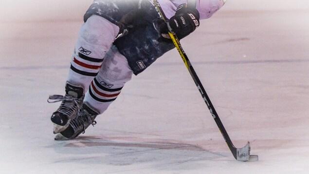 Joueur de hockey sur la glace.