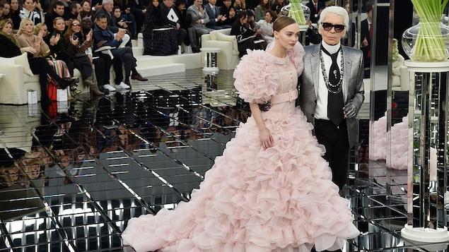 Lily-Rose Depp porte une robe de mariée rose aux côtés de Karl Lagerfeld.