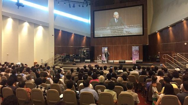 Le pasteur s'est adressé à la congrégation en coréen.