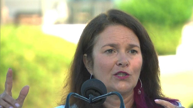 Linda Silas en conférence de presse à l'extérieur le 20 juillet 2018.
