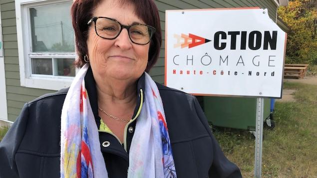Line Sirois, coordonnatrice d'Action Chômage Côte-Nord devant les locaux de l'organisme