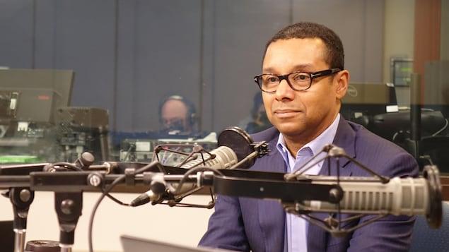 Le ministre Carmant donne une entrevue dans un studio de radio.