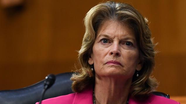 Lisa Murkowski, sérieuse, écoutant un témoignage au cours d'une audition d'un comité sénatorial.