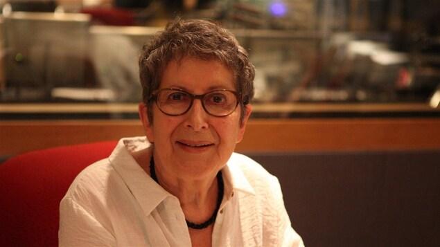 Lise Bissonnette lors d'une entrevue à la radio de Radio-Canada.