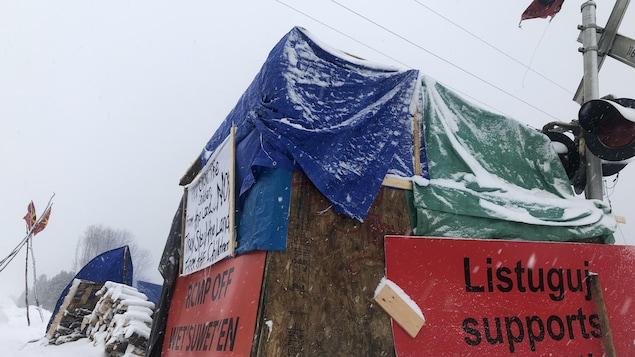 Une grande affiche rouge où on peut lire « Listuguj supports Wet'suwet'en » a été apposée sur un abri.