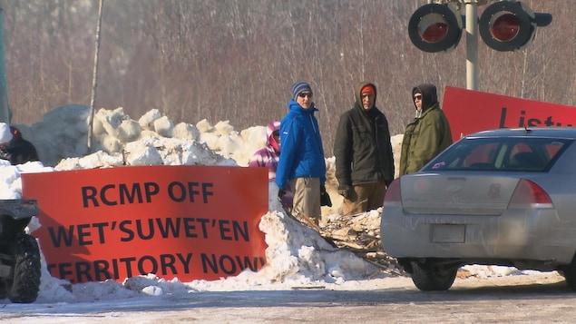 Des militants font le pied de grue au passage à niveau de Listuguj.