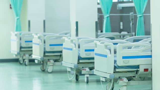 Des lits d'un hôpital sont inoccupés.