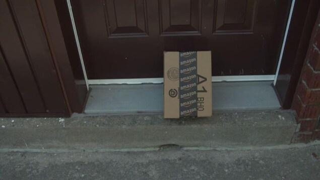 Un paquet déposé sur le balcon, devant la porte