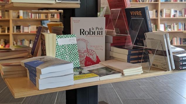 Une table avec des livres