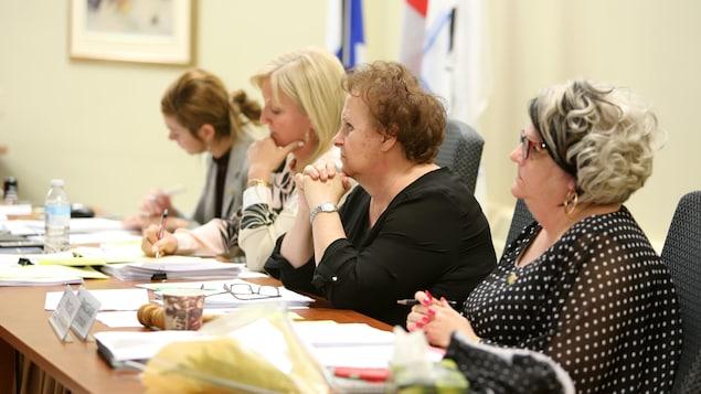 Liz Gagné et Chantale Cyr assises à une table lors du conseil des commissaires.