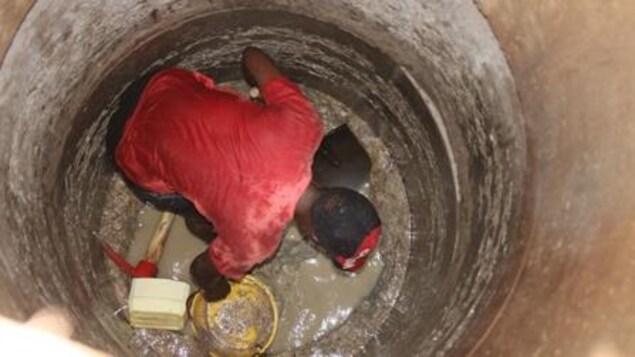 Homme creusant un puit.