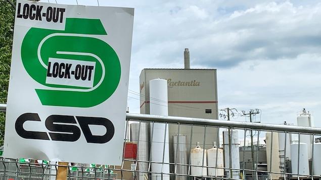 Une pancarte du syndicat devant l'usine.