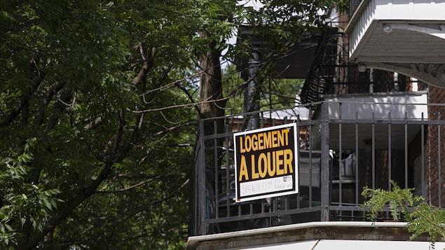 Pancarte de logement à louer sur un balcon.