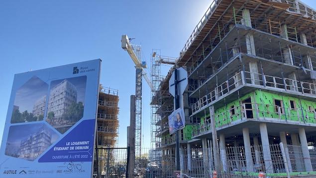 Un immeuble en construction à Montréal.