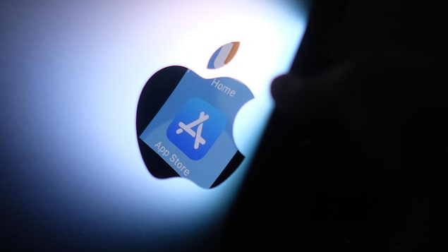 Le logo de l'App Store se reflète dans la pomme, symbole d'Apple.