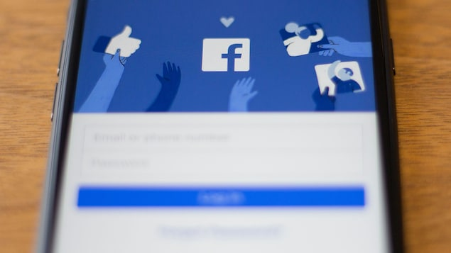 Un téléphone intelligent sur l'écran d'accueil de Facebook.