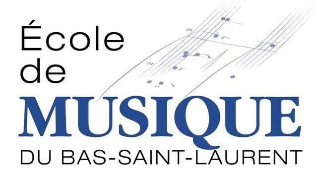 Les mots « École de musique du Bas-Saint-Laurent » écrits devant une partition de musique.