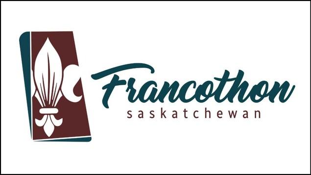 Le dessin d'une fleur de lys à gauche du texte Francothon Saskatchewan