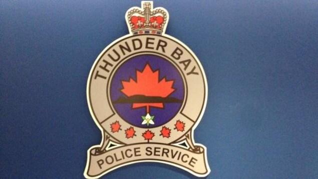 Logo du Service de police de Thunder Bay sur fond bleu.