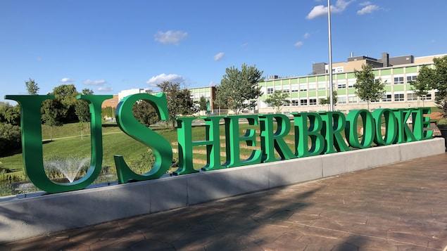 Logo sur le campus de l'Université de Sherbrooke.