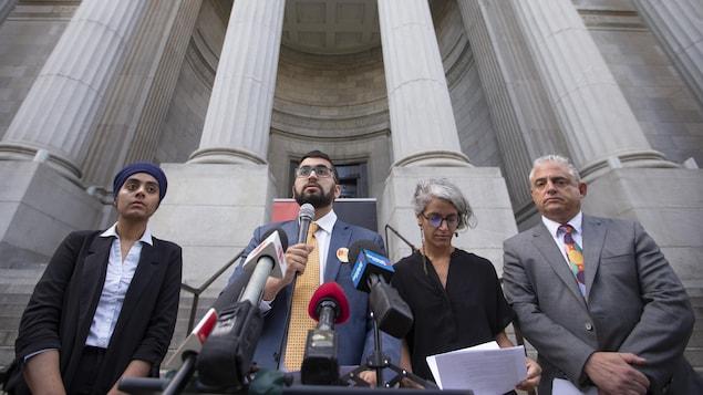 Les représentants des organismes lors d'une conférence de presse devant le tribunal.