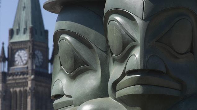 La statue « The Tree Watchmen » de l'artiste autochtone James Hart, située devant le parlement canadien.
