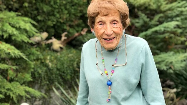 Photo de Mme Lola Holmes, souriante dans un jardin.