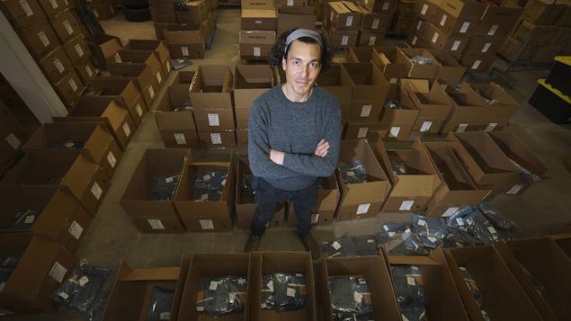 David Abissidan dans son entrepôt avec ses commandes de jeans.